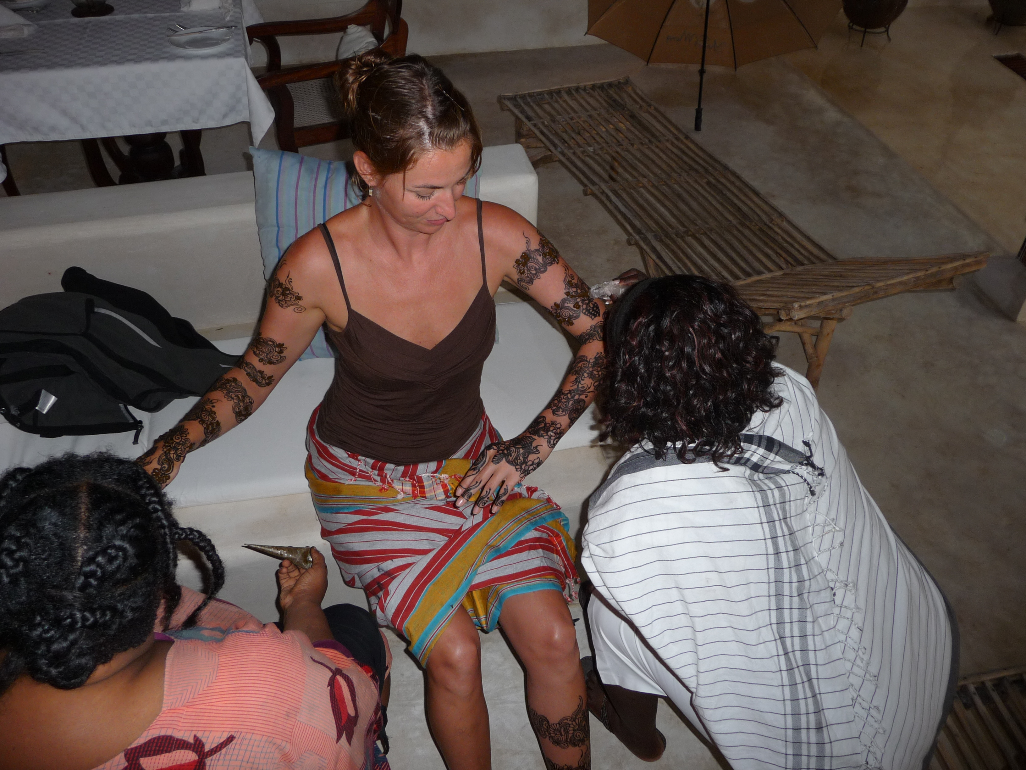 Amina & Sheila apply Lila's henna